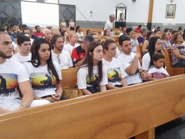 Familiares de Ari Júnior participam de missa de 7º dia do cinegrafista em Trindade, Goiás (Foto: Mariana Pinheiro/TV Anhanguera)