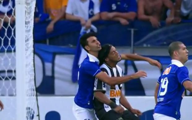 Ronaldinho Gaúcho Leandro Gueirreiro cabeçada (Foto: Reprodução SporTV)
