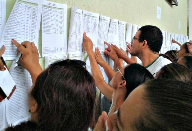 Candidatos tiveram dificuldade para achar nome na lista (Foto: Veriana Ribeiro / G1)