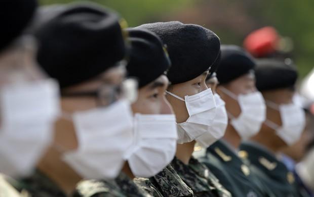 Soldados sul-coreanos usam máscaras para se prevenir da Mers durante cerimônia em Seul  (Foto: AP Photo/Lee Jin-man/File)