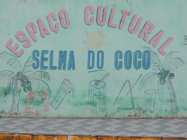 Casa de Selma do Coco tem pintura no muro indicando espaço cultural (Foto: Vitor Tavares / G1)
