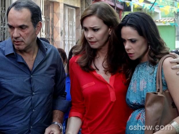 Virgílio consegue sair com Helena e Juliana (Foto: Em Família / TV Globo)
