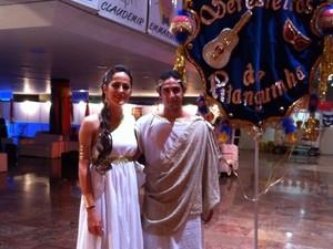 A jornalista Morgana Moraes e seu esposo utilizando a fantasia feita especialmente para o baile Seresteiros da Pitanguinha. (Foto: Paula Nunes/G1)