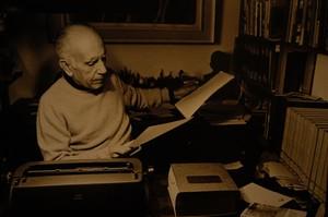 Érico Veríssimo relendo manuscritos (Foto: Leonid Streliaev/Divulgação: Estado do Rio Grande do Sul)
