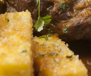 Polenta frita com queijo mascarpone