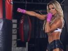 Raquel Guarini estrela campanha e mostra corpo em forma