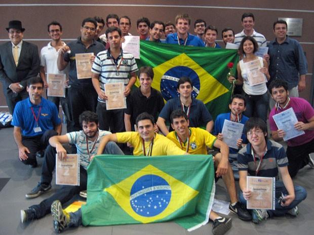 Equipe brasileira que participou da competição na Bulgária (Foto: Divulgação/ OBM )
