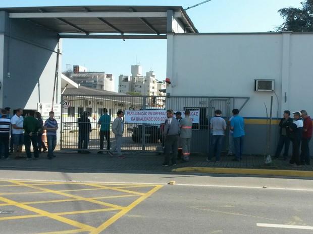 Paralisação de funcionários da Celesc ocorre durante essa quinta-feira (10) (Foto: Marcos Pereira/RBS TV)