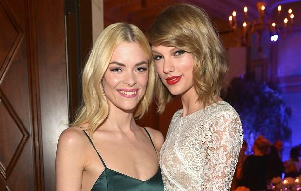 A amizade da cantora Taylor Swift (à dir.) com a atriz Jaime King é recente. As duas se conheceram numa das festas pela ocasião do Globo de Ouro, no início de 2014. Mas, hoje, já são só carinho uma pela outra. (Foto: Getty Images)