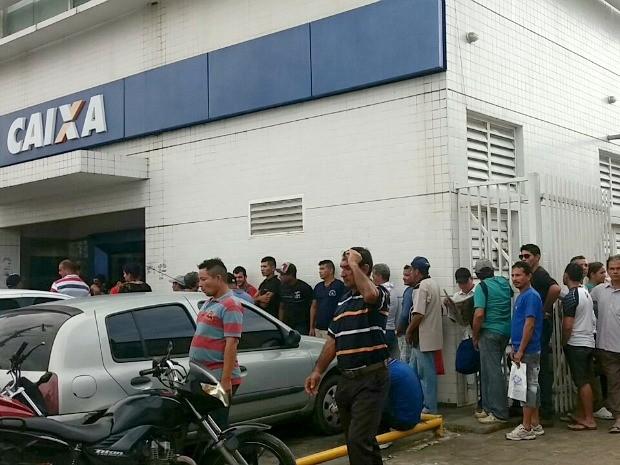 Agência da Caixa na Autaz Mirim teve fila dentro e fora da agência (Foto: Suelen Gonçalves/G1 AM)