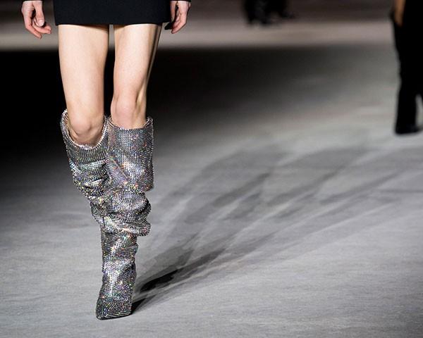 A bota de glitter da Saint Laurent foi um sucesso absoluto na passarela (Foto: Imaxtree)