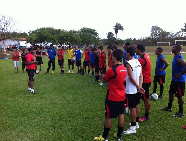 Treinador Dirceu de Mattos fala com jogadores no CT Pereira dos Santos (Foto: Divulgação / Moto Club)