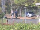 Michel Temer caminha com a mulher no Palácio do Jaburu; veja vídeo