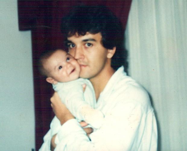 Luan ainda bebê, no colo do pai (Foto: Arquivo Pessoal)