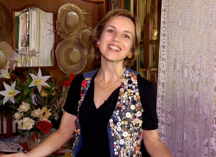 Teresa Freitas está vestida com um colete que tem uma coleção de botões (Foto: Rio Sul Revista)