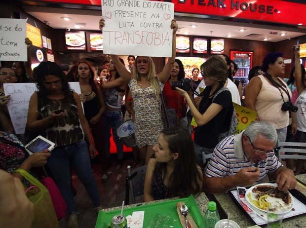 Manifestação acontece na tarde deste sábado (11), na praça de alimentação do Shopping Center 3, em São Paulo (SP), tendo como objetivo alertar para a discriminação sofrida pelas transexuais, no momento de utilizar banheiros públicos. (Foto: Renato S. Cerqueira/Futura Press/Estadão Conteúdo)