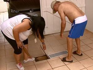 Agentes vistoriam casas em busca de criadouros do Aedes aegypti em Araras (Foto: Ely Venâncio/ EPTV)