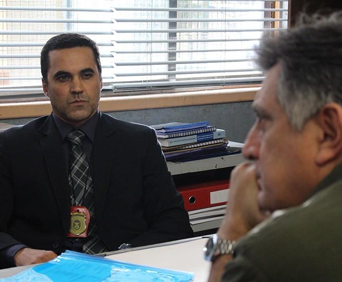 Olhar intimidador do delegado para o Jorge (Foto: Evellyn Pacheco/Gshow)