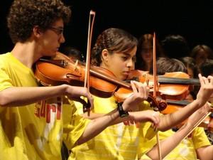 Jovens participam de orquestra no Projeto Guri em Ourinhos, SP (Foto: Tatiana Oliveira)