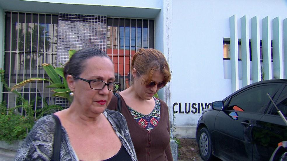 Blogueira Julia Salgueiro após prestar depoimento na Delegacia de Casa Amarela, no Recife (Foto: Reprodução/TV Globo)