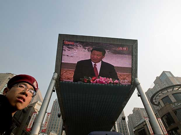 Tela gigante transmite reunião do Partido Comunista da China, na qual Xi Jinping assume a secretaria geral do PCCh e a Presidência do país em março de 2013. (Foto: Andy Wong / AP Photo)