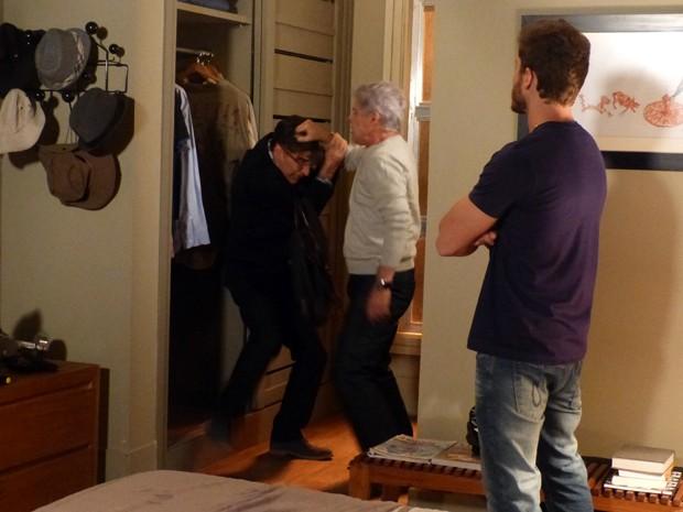 Cláudio acha Téo escondido em armário e o tira à força (Foto: Império / TV Globo)