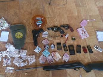 Drogas e armas apreedidas pela Polícia Militar (Foto: Divulgação/Polícia Militar)
