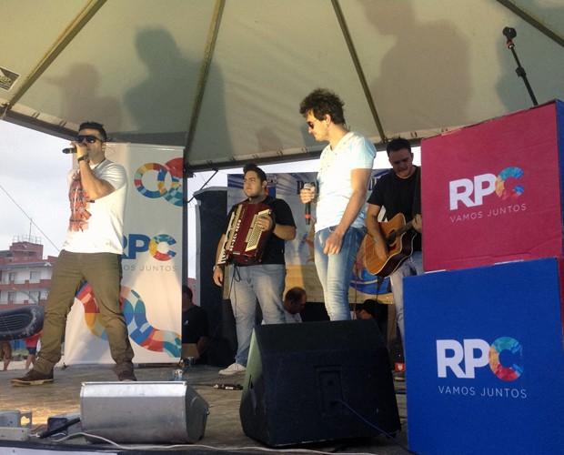 Para abalar corações! Dupla Eddy e Gil esbanjam talento no Pontal + Verão (Foto: Divulgação/RPC)