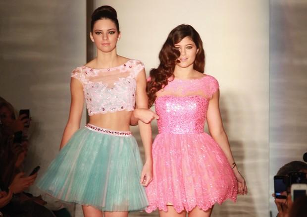 Kendall e Kylie Jenner na passarela, antes de se tornarem o fenômeno midiático por causa do reality show da irmã Kim Kardashian (Foto: Getty Images)