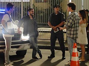 Tomás debocha da preocupação de Gabriel (Foto: Malhação / TV Globo)