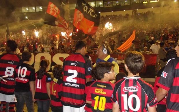 torcida do campinense no jogo contra o Baraúnas (Foto: Silas Batista / Globoesporte.com/pb)