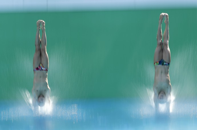 Os russos Ilya Zakharov e Evgeny Kuznetsov treinam saltos ornamentais no Maria Lenk (Foto: AP Photo/Wong Maye-E)
