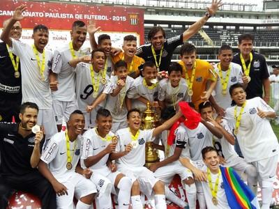 Santos comemora o título do Paulista Sub-13 na Vila Belmiro (Foto: Divulgação)