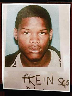 Akien Scott, de 19 anos, vem sendo procurando pela polícia. (Foto: Bill Haber / AP Photo)