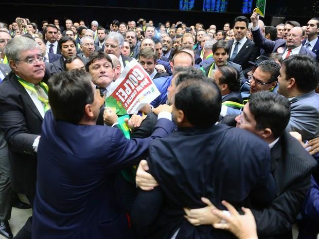 Reabertura da sessão especial para votar o processo de impedimento tem confusão entre deputados no plenário da Câmara, em Brasília (Foto: Nilson Bastian/Câmara dos Deputados)