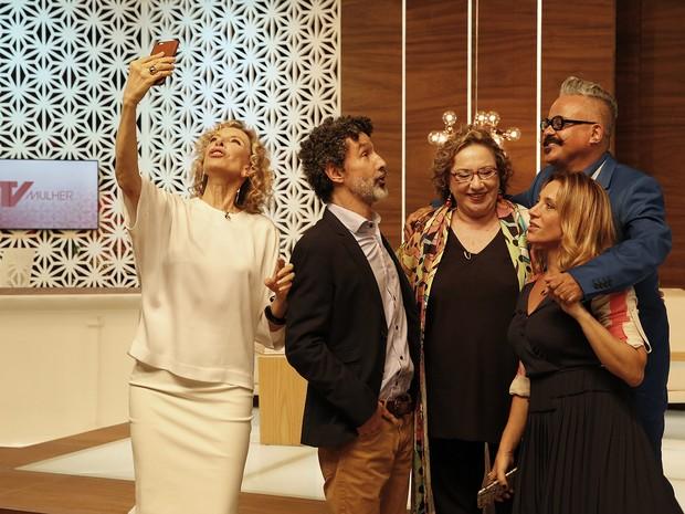 Marlia Gabriela ao lado dos colunistas do TV Mulher (Foto: VIVA)