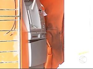 Explosão de caixa eletrônico no Bairro Parque Granada em Uberlândia (Foto: Reprodução/ TV Integração)