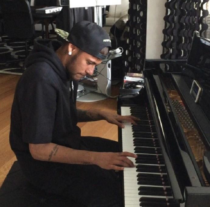 Neymar toca piano
