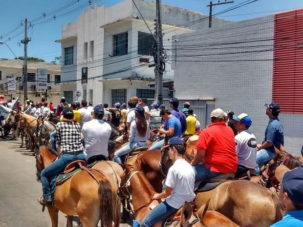 Manifestantes são contra a proibição da vaquejada em Alagoas (Foto: Márcio Chagas/G1)