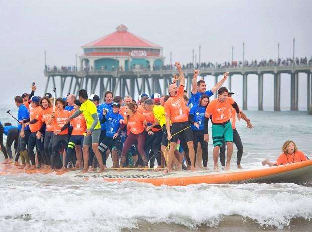 Gupo usou prancha de 12,8 metros e 500 quilos (Foto: Mindy Schauer/The Orange County Register/AP)