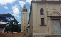 Torre de 40 m de igreja ameaça cair e ruas são interditadas, diz Defesa Civil (Adolfo Lima/ TV TEM)