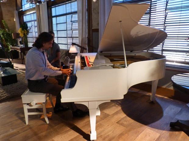 O sonho do ator é ter um piano de cauda em casa (Foto: Flor do Caribe/ TV Globo)