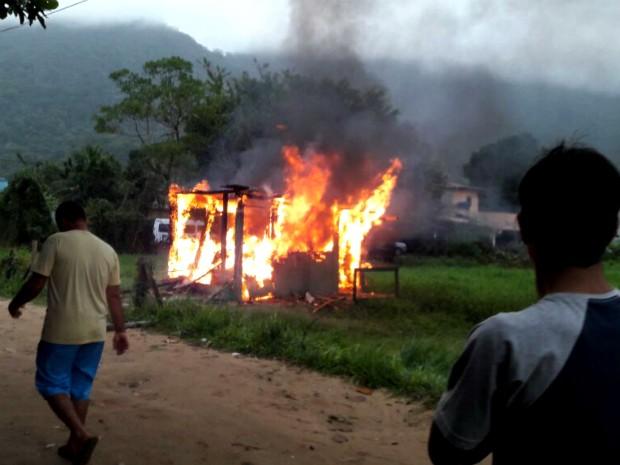 Em resposta a morte do jovem, alojamentos de operários da obra foram incendiados (Foto: Arquivo Pessoal)