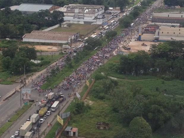 Manifestantes liberal um dos sentidos da rodovia federal, mas caminhada mantém bloqueio no outro sentido da pista. (Foto: Divulgação/Polícia Rodoviária Federal do Pará)