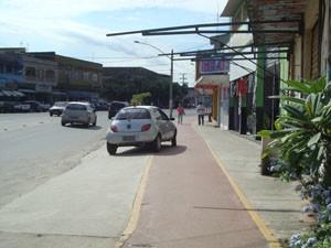 Carros dificultam o trânsito na ciclovia da Zona Oeste. (Foto: Mariucha Machado/G1)