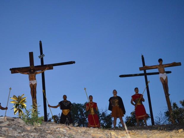 Cristo é crucificado no alto do Monte das Oliveiras (Foto: Samantha Silva / G1)