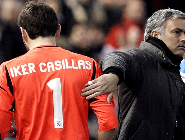 Casillas deixa a partida do Real Madrid machucado ao lado de José Mourinho (Foto: EFE)