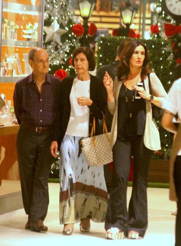 Fátima Bernardes e os pais em shopping (Foto: Agnews)
