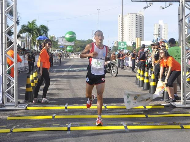 Corredor diz que saudade da mãe o motiva a continuar no esporte (Foto: Tita Mara Teixeira/GLOBOESPORTE.COM)