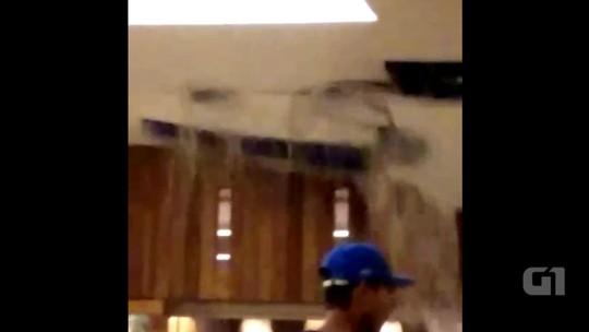 Forro de shopping desaba durante temporal em Canoas, no RS